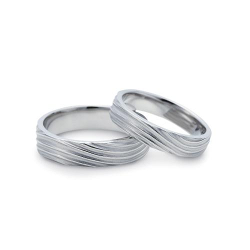 """ゆびわ言葉  重ねる想い  NENRIN~ネンリン~    『年輪』をデザイン。 共に力をあわせ刻む年輪を1年ずついく層にも積み重ねていけるようにと願いを込めて…。     Ring language    Thought to pile up    NENRIN """"Annual rings"""" are designed.   A wish is put as the annual rings minced in accordance with both power can be accumulated also on the layer which will go in one year respectively --"""