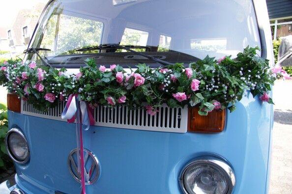 Zelfgemaakte bloemenslinger (Xenos) bruiloft+huwelijks roadtrip) Ideaal als je een huwelijksweekend weg gaat met de trouwauto want de bloemen blijven mooi :)