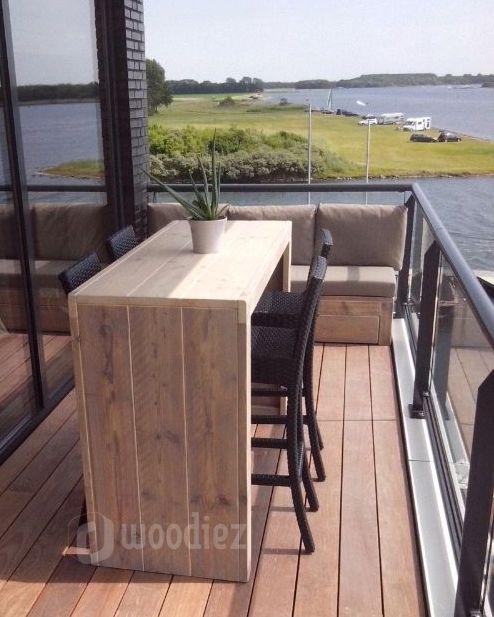 WOODIEZ | Steigerhouten bar en loungebank voor op het balkon. Wij maken alle steigerhouten meubels op maat. Stuur ons jouw inspiratiefoto en wij maken het!  #balkoninspiratie #tuinmeubels #steigerhout