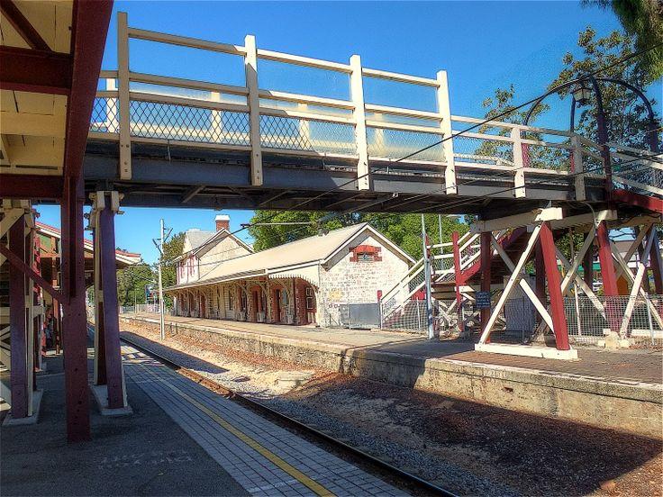 BA2741/37: Claremont Station, footbridge and disused platform, 28/02/2014 (Click to Start Zoom)