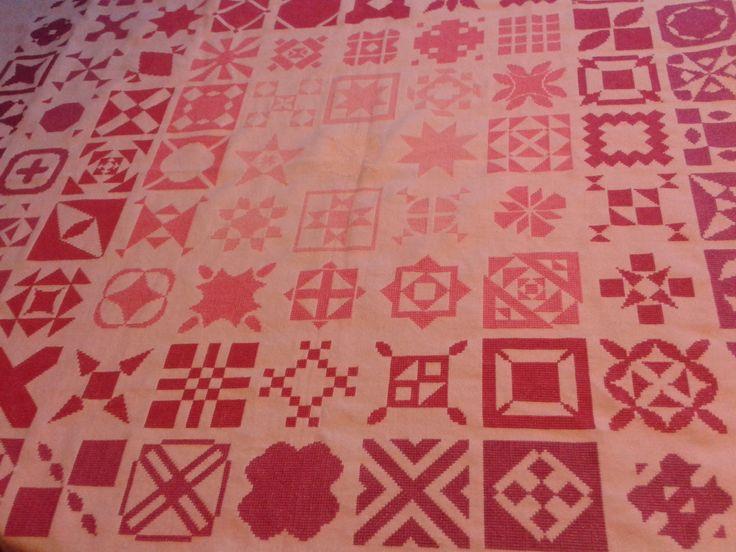 Het borduurwerk naar voorbeeld van de Dear Jane quilt. Ben bijna op de helft. Nog even volhouden.