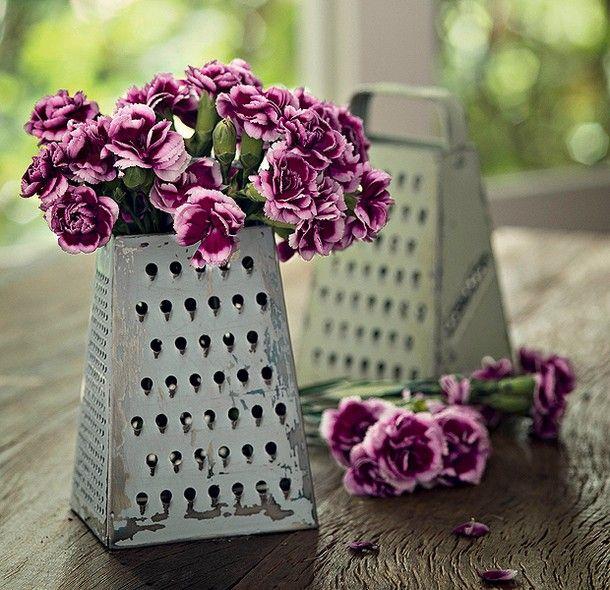 Flores no ralador: o utensílio cobre um pote com água