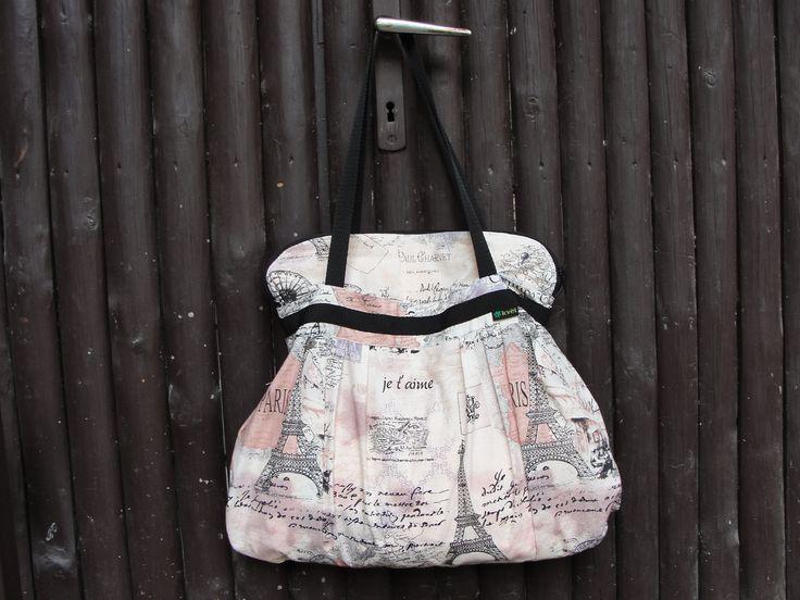 Moderní stylová kabelka přes rameno nebo do ruky ve francouzkém stylu  Kabelka je řasená za dvou vrstev - z bavlny a vnitřní podšívka s kapsičkama. Zapínání po celé délce na zip. Díky řasení velmi prostorná s vnitřními kapsami. Pohodlná pro každodenní nošení.