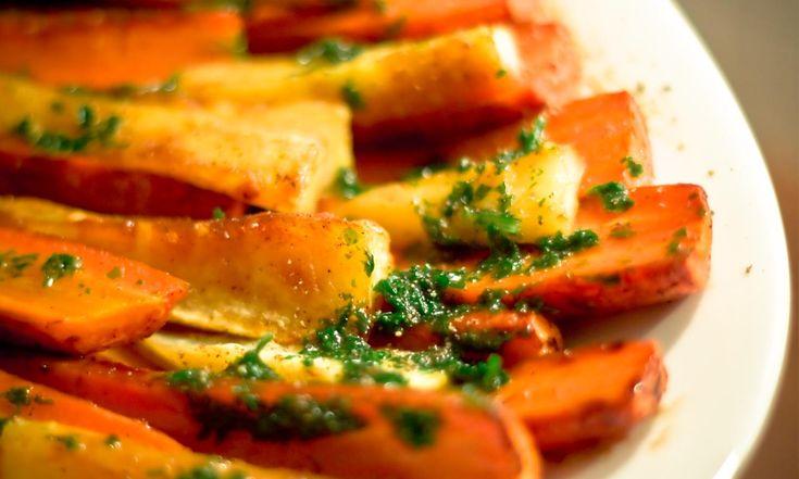 Im Winter kommen Salat und Co. aus dem Gewächshaus und gaukeln uns vor, alles wäre immer da. Dabei kann Wintergemüse eine Delikatesse sein. Zum Beispiel geröstete Rüben mit Kraut-Marinade. Ein ideales Rezept, um den Winter zu verabschieden und den Frühling zu begrüßen …