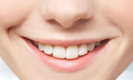 Come usare il carbone attivo per la salute orale Immergere un panno pulito, o uno spazzolino da denti bagnato, nella polvere di carbone (o cospargere una capsula di carbone sullo spazzolino). Mettere velocemente il tutto in bocca con l'accorgimento di proteggere il lavandino perché potrebbe macchiarsi. Eseguire dei piccoli circoli senza strofinare pesantemente per circa 2 minuti, sputare e risciacquare con cura (davvero bene!).