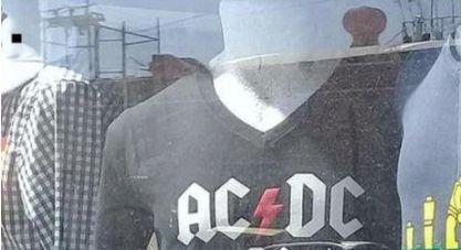 La divertida y viral camiseta que está ofendiendo a todos los 'heavys' españoles.