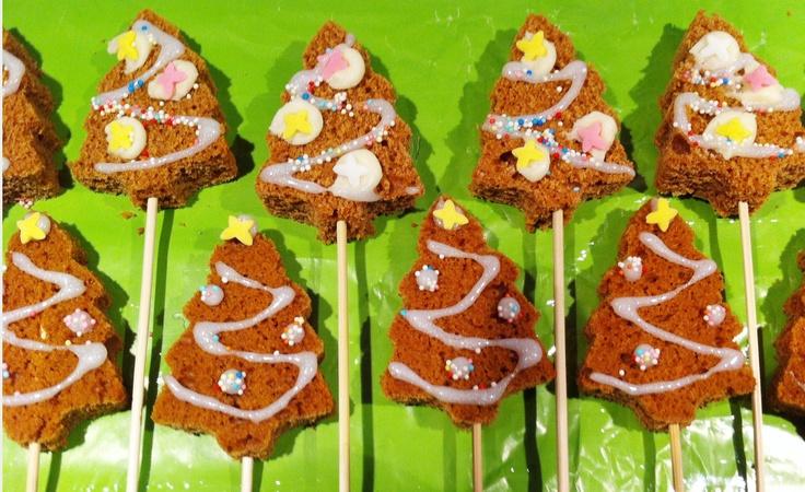 Trakteren tijdens de kerstlunch op school, eenvoudig en snel te maken. Kerstbomen van peperkoek.