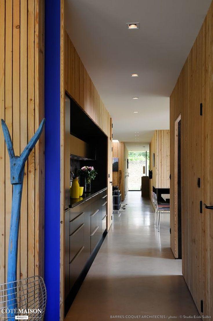 Un couloir tout en bois pour une ambiance zen entr e et for Porte couloir maison