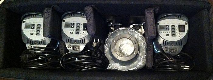 Broncolor bliksem systeem Minicom 80 mobiele 3 koppen in feite nieuwe. in geval. Nieuwe waarde meer dan 4k EUR bliksem flitser 3 koppen eruit ziet en voelt van brandnew. Topper!  Bron Pulso Broncolor Minicom 80 Lightning systeem in een grote zaak. Voor de reis. 3 Pulso flash hoofden. 3 kabel 220 / 230 V. 3 mini-stands identiek Manfrotto. Met 1 scherm 3 reflectoren 1 licht vak 1 Negro Syncro kabel infrarood synchro alles nieuw en weinig gebruikt. Extra 2 nieuwe instelling lichten. Het beste…