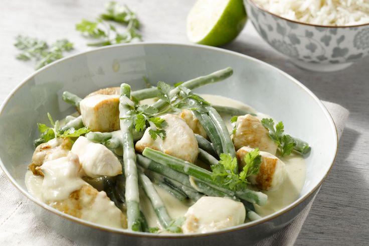 Kip met groene curry is zo'n typisch gerecht dat je gaat afhalen, maar zoals zo vaak geldt: wat je zelf doet, doe je beter!
