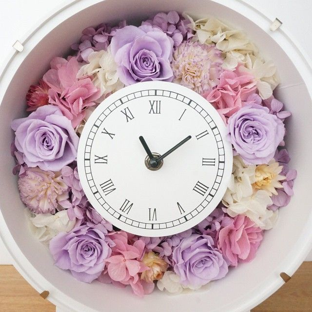 🕛🌼🕐🌼🕝🌼 プリザーブドフラワーの時計。  #creema と#minne にて販売中。 ・ 🌼🕛🌼🕐🌼🕝 . #結婚式 #結婚祝い #新居祝い #引越し祝い #親贈呈品 #親贈呈ギフト #プレゼント #ギフト #プリザーブドフラワー #時計 #インテリア #両親への贈呈品 #置き時計 #贈り物 #両親への贈り物 #花時計 #両親ギフト #記念品贈呈