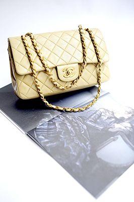 Een nieuwe rubriek op De Scepter is Fashion Friday, waar de inhoud van de kledingkasten van de prinsessen en koninginnen wordt bekeken. Vandaag is de Chanel 2.55 handtas aan de beurt. Dit klassieke model is ontworpen door Coco Chanel zelf in februari 1955.  Lees het artikel Koninklijke tassen: de klassieke Chanel handtas→