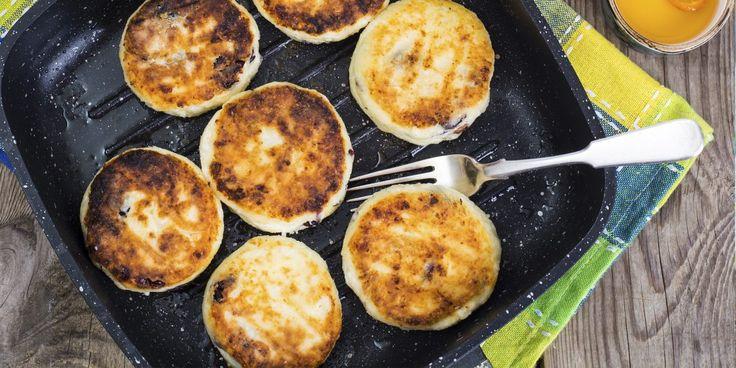 Свежие сырники на завтрак — то самое блюдо, с которым останешься сытым до обеда: сочетание творога с яйцом даёт организму белково-углеводный заряд. Лайфхакер делится рецептами приготовления сырников — классическими и более оригинальными.