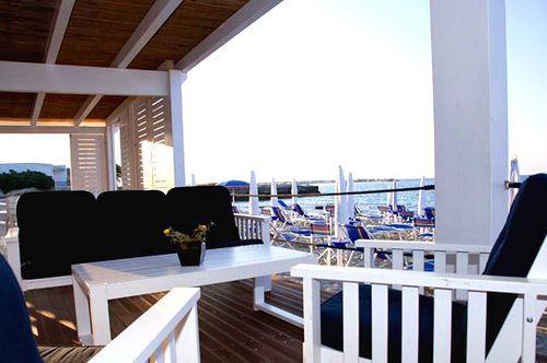 A ridosso della spiaggia si estende un'ampia struttura in legno con bar vista mare e divani su cui rilassarsi, al riparo dal sole e dal vento, ospite costante del nostro litorale.  http://www.salentomonamour.com/lidi/item/46-li-marangi.html