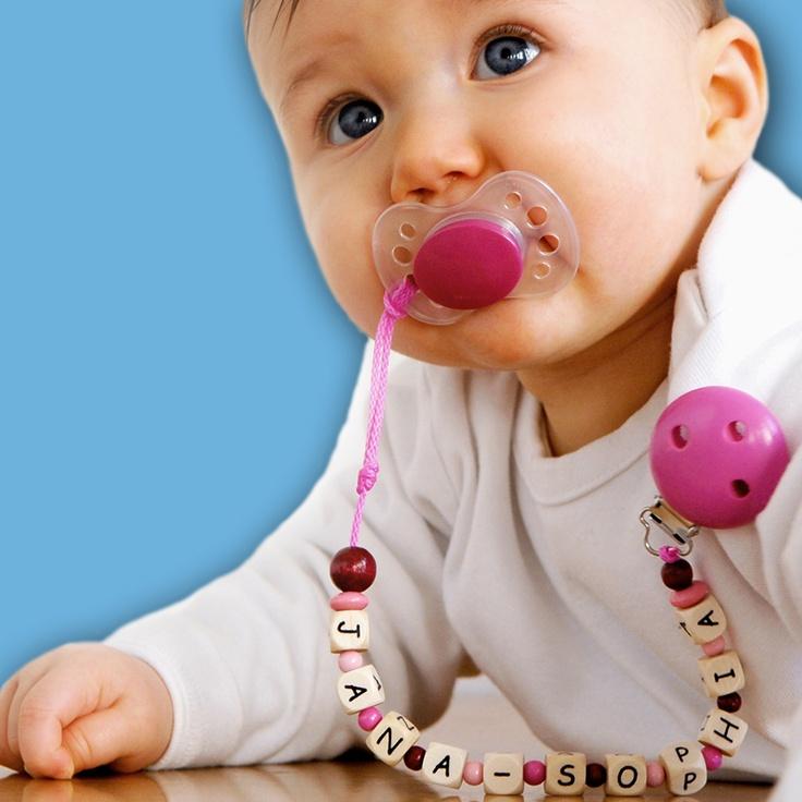 Schnullerkette mit Namen in den Farben pink, grün oder blau.  Ein wunderschönes und persönliches Geschenk zur Geburt oder Taufe eines Babys. Mit einer Schnullerkette geht kein Schnuller mehr verloren. Wir gestalten eine persönliche Schnullerkette mit dem Namen des Kindes.   http://www.mein-name.info/Fuer-Geburt-und-Taufe/produkte/produkt/schnullerkette_mit_namen.html