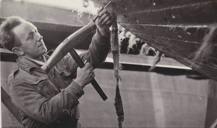 breeuwen. het dichten van de naden van de scheepshuid met vezels en pek Voorbeeld: `De dekken werden 'gebreeuwd', ...
