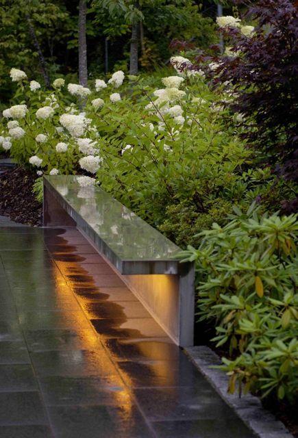Dold ljusslang under bänk. Dekorationsbelysning och funktionsbelysning i samma. Blickfång. Välkomnande känsla.
