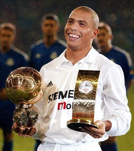 Ronaldo posando con el Balón de Oro y el FIFA World Player obtenidos en 2002
