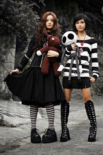 I absolutely love Harajuku fashion. These outfits are on the little bit of  the m. Mode JaponaiseVictorienIdee