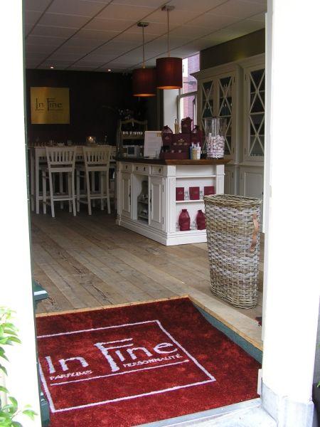 De hele ruimte krijgt karakter met een passende en unieke entreemat. Voor deze parfumerie was een logomat op maat dé oplossing. www.hetmatelier.nl