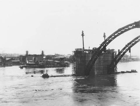 Construction of the William Jolly Bridge during 1931 flood