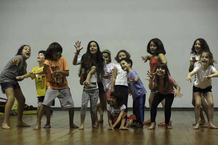 Crianças ocupam o Teatro Dulcina de Moraes em curso livre de Teatro Infantil