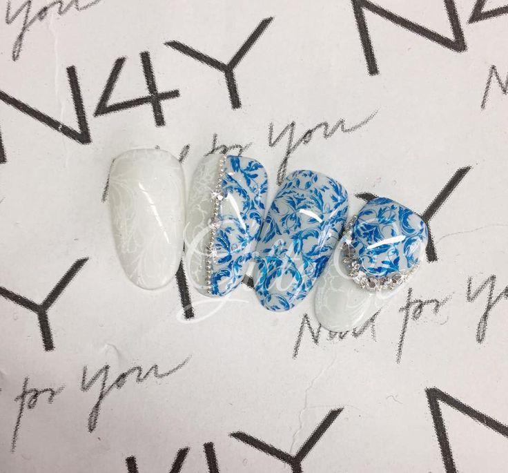 Gele negle med gel Polish og nail art stamping i blå og hvide farver. Kom på nail art stamping kursus hos Nail4you.