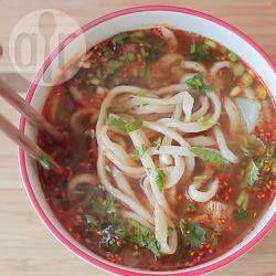 Voor Chinese handgetrokken noedels, een traditie uit Lanzhou in het noordwesten van China, heb je maar drie ingrediënten en een beetje geduld nodig. Ze worden Lamian genoemd en in dit recept geserveerd in een rundvleessoep. Een echte Chinese specialiteit!