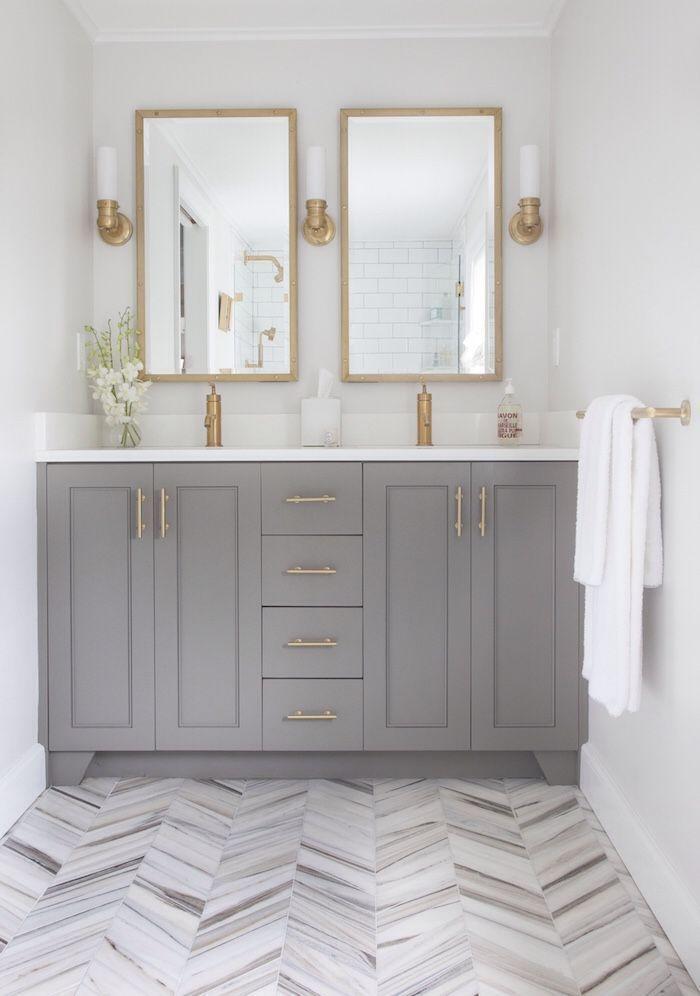 banheiro classico com armario cinza