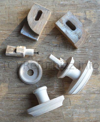 Om een oude kast echt mooi op te knappen is alleen verven niet altijd voldoende. Om het helemaal af te maken hebben we het oude sluitwerk voorzien van nieuwe knoppen en ook handgrepen van de lades worden vernieuwd.