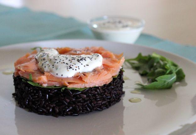 insalata di riso venere con salmone, rucola e salsa allo yogurt