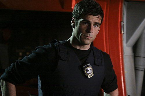 Eddie Cahill. lovely. All detectives should look like this