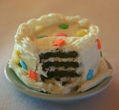 Tiny birthday cake made by icing an oreo cookie.  Made this for my DD's birthday and put it in her bento lunchbox.