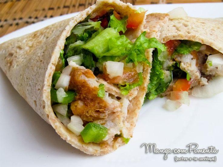 Panqueca Integral recheada com peixe e Salada, para quem está fazendo reeducação alimentar ou regime. Clique na imagem para ver a receita no blog Manga com Pimenta.