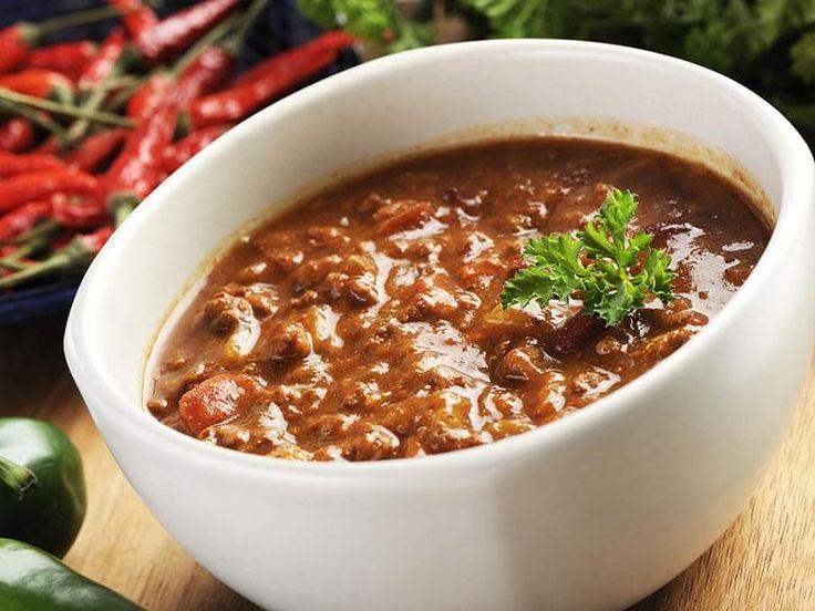 Boeuf haché, cuit dans une sauce aux tomates et haricots. Le nom espagnol de ce plat signifie « chili avec viande ». Contrairement à ce que l'on peut penser, il ne s'agit pas d'un mets mexicain, mais plutôt du plat national texan, qu'on appelle aussi familièrement « le bol rouge ». Les haricots furent ajoutés par la suite et seulement à l'extérieur du Texas.