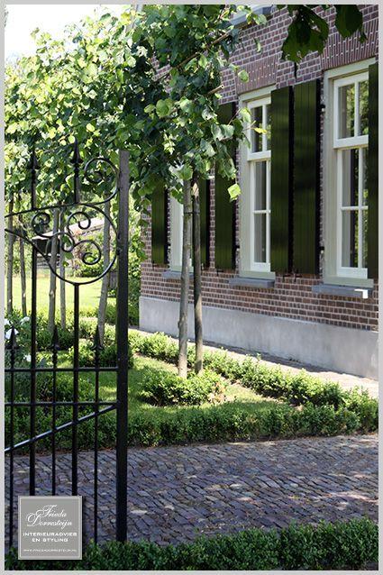 Sfeer - leibomen, poort, bestrating, buxus