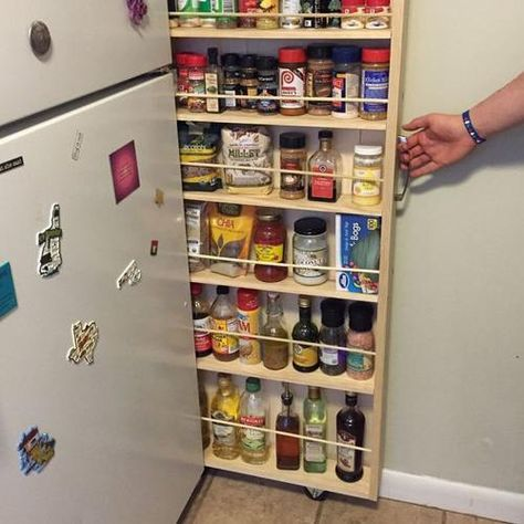 Mettez une étagère à épices sur le côté du frigo
