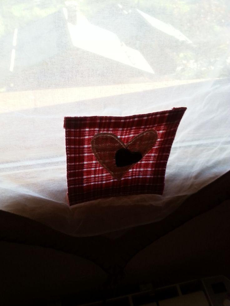 rood hartje op rood wit stof op rode stof op vitrage
