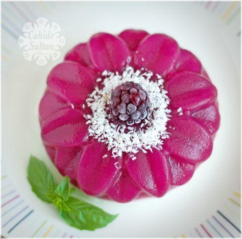 Hafif yaz tatlıları arayanlar için, iki renkli karadutlu muhallebi