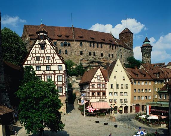 Nuremberg - Nürnberg - Kaiserburg mit Tiergärtnertorplatz. Einer der schönsten Plätze in Nürnberg!