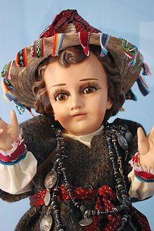Niño Jesús cubierto con un huipil de la Tzotsil, propio de la vestimenta azteca, símbolo de la unión de todo en El.
