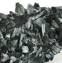 PIROLUSITA. Es unmineraldel grupo de losóxidos. Químicamente esdióxido de manganeso, que puede presentar una gran cantidad dehábitos cristalinos, aunque en general se presenta en forma de agregados cristalinos fibrosos.En la antigüedad se usaba para quitar el color verdoso que le daba alvidriola presencia de componentes dehierro. Es de color gris metalizado, gris-hierro o gris azulado. Apariencia submetálica y de transparencia opaca. La pirolusita se forma en ambientes oxidantes.