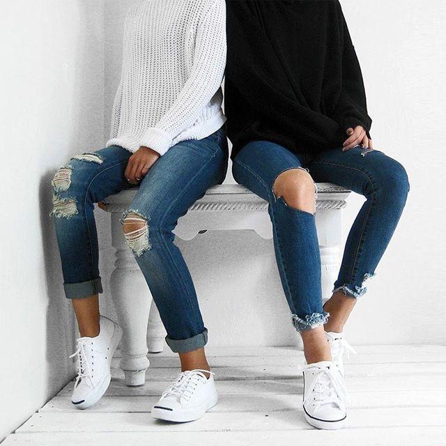 Jeans strappati e sneakers bianche: per un look ultracontemporaneo.