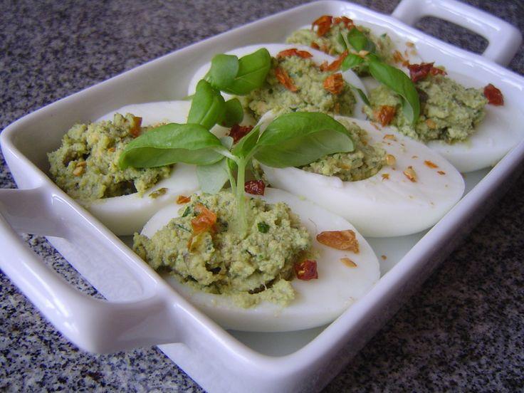 Jajka faszerowane zielonym pesto.