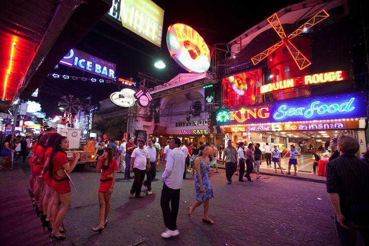 Ja, die gute alte Ping Pong Show gehört auch irgendwie zu Thailand. Ob ein Besuch wirklich lohnt und was sich hinter den Kulissen abspielt erfährst du hier.  http://flashpacking4life.de/ping-pong-show-thailand-eine-lohnende-sache/