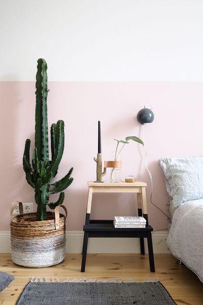 Dans la chambre au mur rose pâle j'ai adoré ce marche pied ikea détourné en table de nuit et le grand panier tressé en cache pot pour cactus.