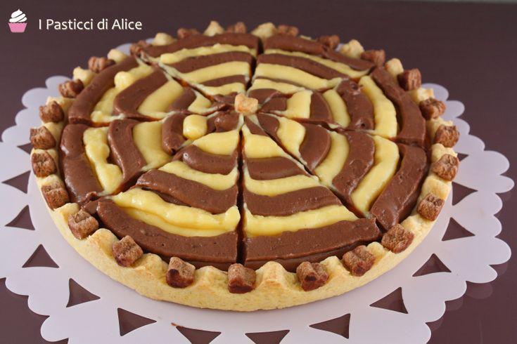 La Crostata Bicolore con Crema Pasticcera è un dolce estremamente semplice da preparare, ma d'effetto!!