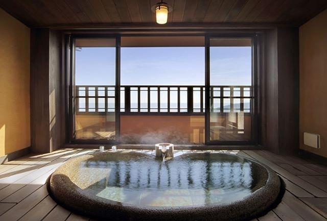 「今週のテーマ:森の離れ宿」 . 極上の湯浴み体験 . 名峰、大室山の麓にそっと寄り添うように佇む、お宿 うち山。まるでここだけが時間から切り離されたかのような、ゆったりとしたひと時をお楽しみください。 . 宿の詳細は、プロフィールのリンクからチェック →@relux_jp ーーーーーーーーーーーーーーー Instagramキャンペーン実施中! ーーーーーーーーーーーーーーー 香川選手のRelux公式アンバサダー就任を記念して「Reluxサポーター」を募集中。 応募してくれたReluxサポーターの中から、抽選で15名様に豪華景品が当たる! . ▼応募方法 ①InstagramでRelux(@relux_jp)をフォロー ②@relux_jp と #Reluxsupporter をつけて、日本の魅力的な観光地や食べ物などの写真をポスト 【応募締切】2017年9月10日(日)23:59まで . ※注意事項※ ・お一人様何度でもポスト可能です。 ・非公開アカウントの投稿やハッシュタグが付いていない投稿は、応募対象外となります。…