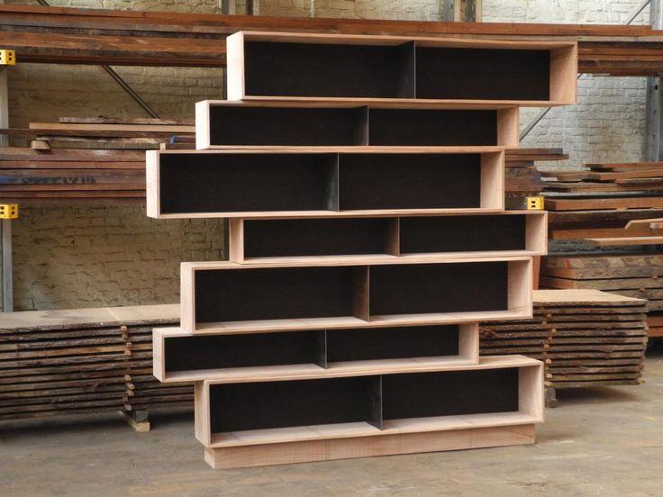 Boekenkast van losse, stapelbare modules in massieve olm - alternatieve opstelling