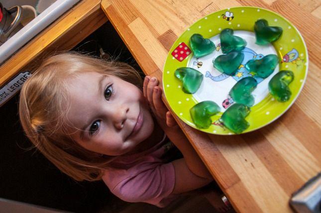 A gyerekek szeretik a gumicukrot. Mi, felnőttek szeretjük a gyerekeinket és veszünk nekik gumicukrot, amit aztán titokban kieszünk a konyhaszekrényből. Ez az élet